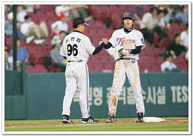현재 LG 코치로 변신을 한 노찬엽(왼쪽). 현재 LG 코치로 변신을 한 노찬엽(왼쪽).